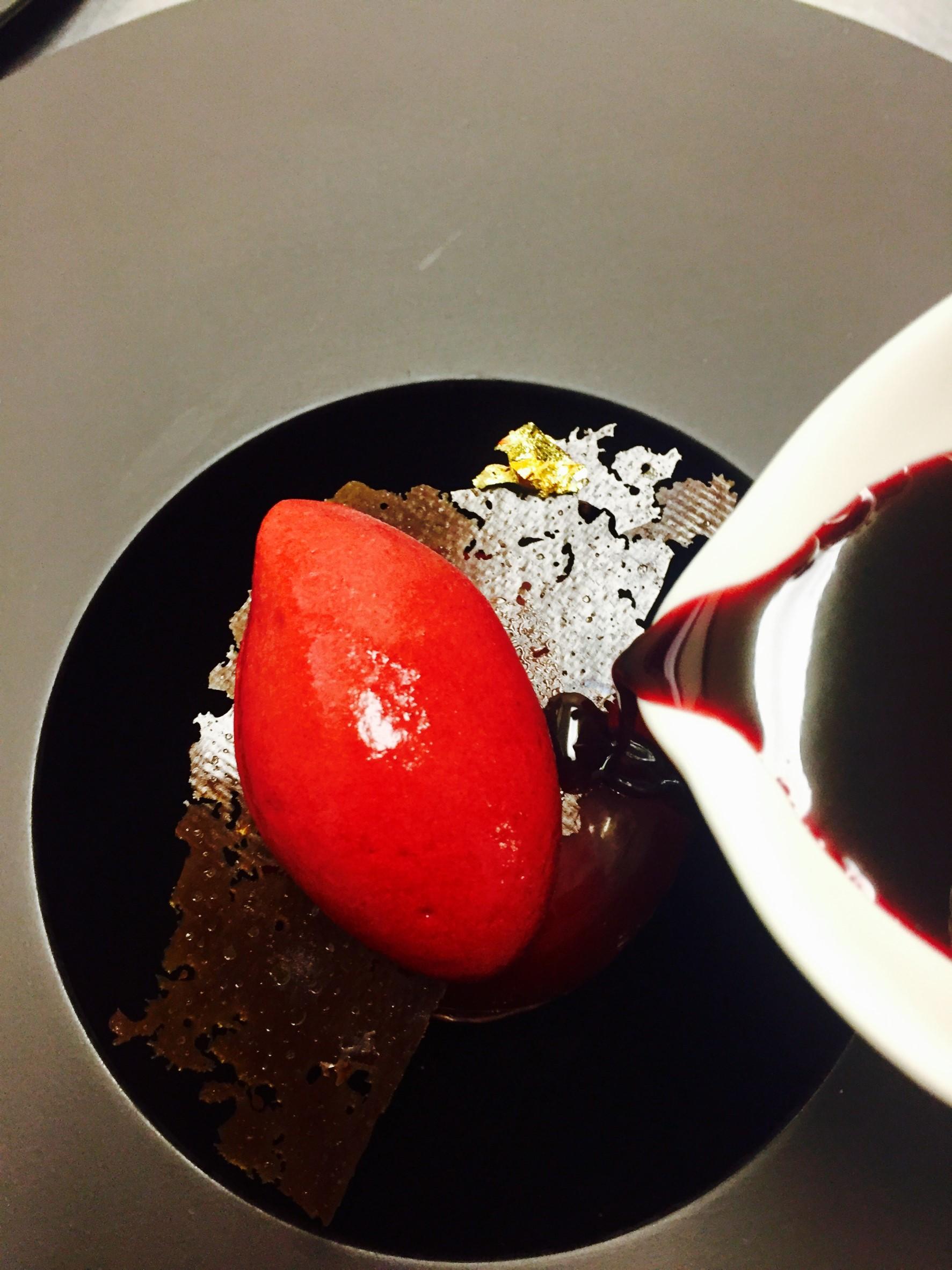ミルクチョコレートの球体、チョコレートのエスプーマ、ポートワイン風味のチェリー、カシスとラズベリーのソルベ